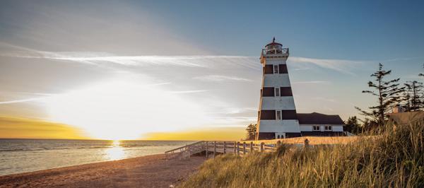 spiaggia con faro a Prince Edward Island