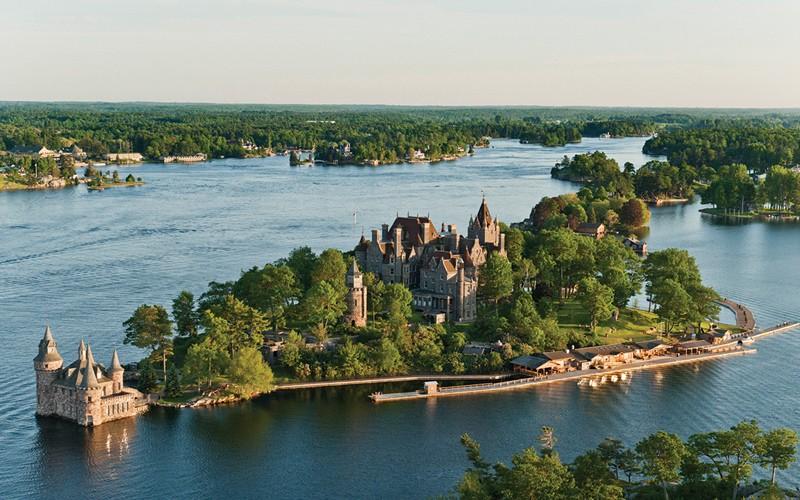 castelli sull'acqua, nubi basse, una strada panoramica e oltre 1000 isole da esplorare
