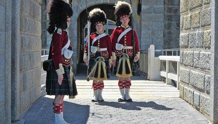 veste tradizionale scozzese sulla fortezza di Louisburg a Nuova Scozia