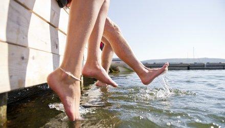 relax con i piedi nell'acqua lungo la costa occidentale di Nuova Scozia